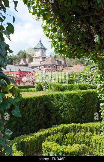 Alices Curious Labyrinth Labyrinth und ein Schloss Stockbild