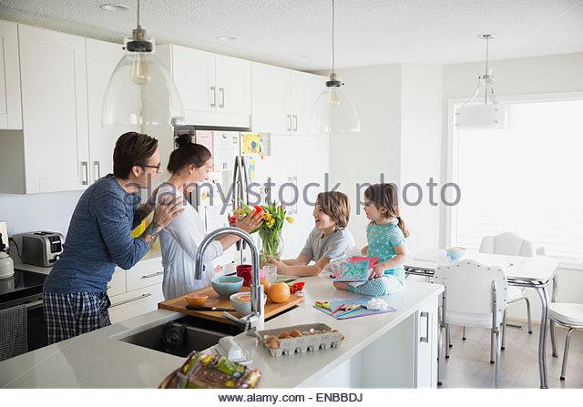 Vater und Kinder überraschend Mutter am Muttertag Stockbild