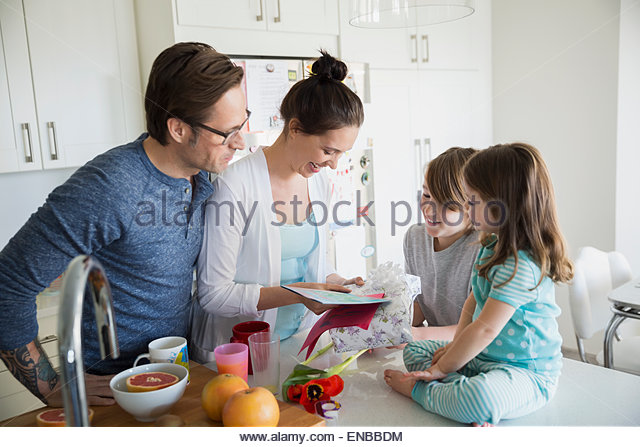 Familie vor dem Mutter offen Muttertag Geschenke Stockbild