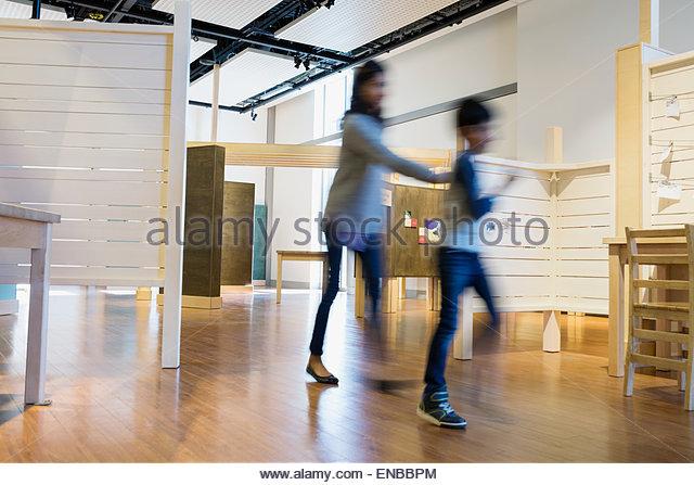 Bewegungsunschärfe-Mutter und Sohn zu Fuß Wissenschaftszentrum Stockbild