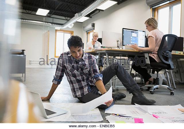 Grafiker, die Überprüfung der Nachweise auf Büroetage Stockbild