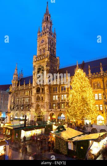 Überblick über den Marienplatz Weihnachtsmarkt und das neue Rathaus, München, Bayern, Deutschland, Stockbild