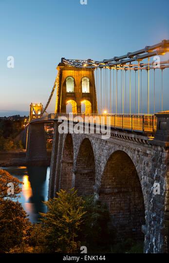 Menai Hängebrücke in der Nacht, gebaut im Jahre 1826 von Thomas Telford, Bangor, Gwynedd, Wales, Vereinigtes Stockbild