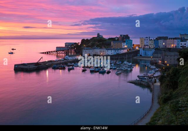 Blick über Hafen und die Burg in der Morgendämmerung, Tenby, Carmarthen Bay, Pembrokeshire, Wales, Vereinigtes Stockbild