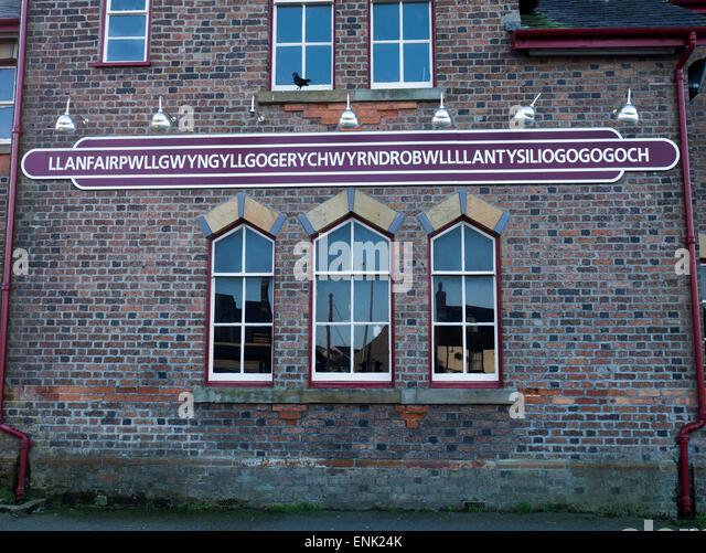 Die Seite der längsten Bahnhof und Dorfnamen in Großbritannien, Llanfair Pwllgwyngyll, Anglesy, Nordwales Stockbild