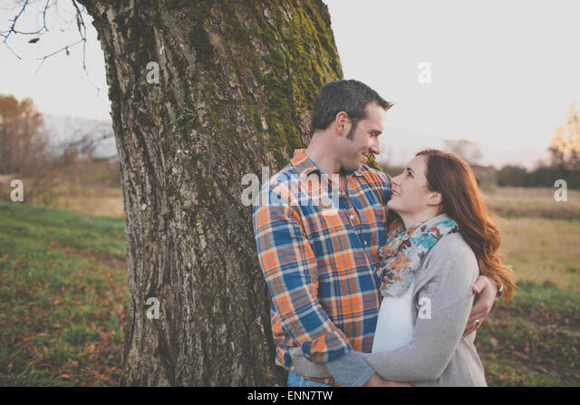 Porträt von Mann und Frau Lächeln einander an. Stockbild