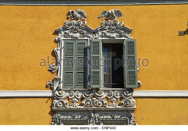 Barock Stil Fenster mit geschnitzten Stein Tiere, Fensterläden aus Holz. Mantova, Italien Stockbild