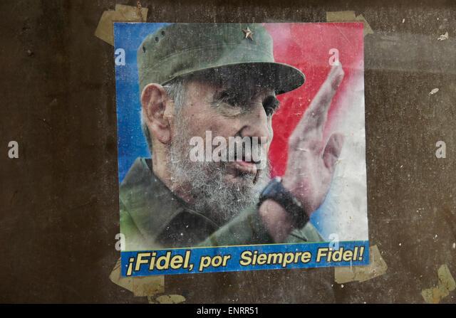 Plakat von Fidel Castro im Fenster der verlassenen Gebäude, Havanna, Kuba Stockbild