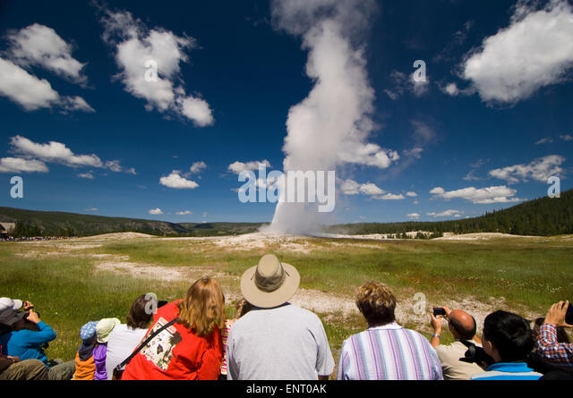 Menschen Sie beobachten Old Faithful Geysir treu bleiben. Yellowstone-Nationalpark, Wyoming, USA. Stockbild