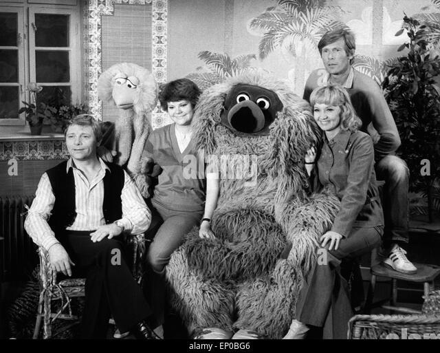 Das Team der Deutschen Ausgabe der Sesamstraße (von Links): Uwe Friedrichsen, Tiffy, Ilse Biberti, Samson, Stockbild
