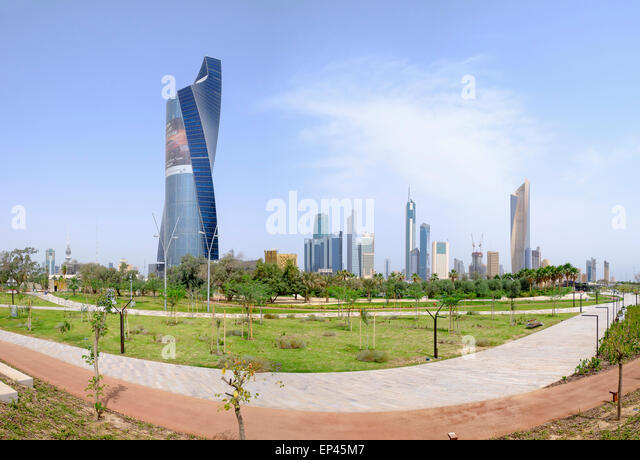 Skyline des Central Business District (CBD) vom neuen Al-Shaheed-Park in Kuwait-Stadt, Kuwait Stockbild