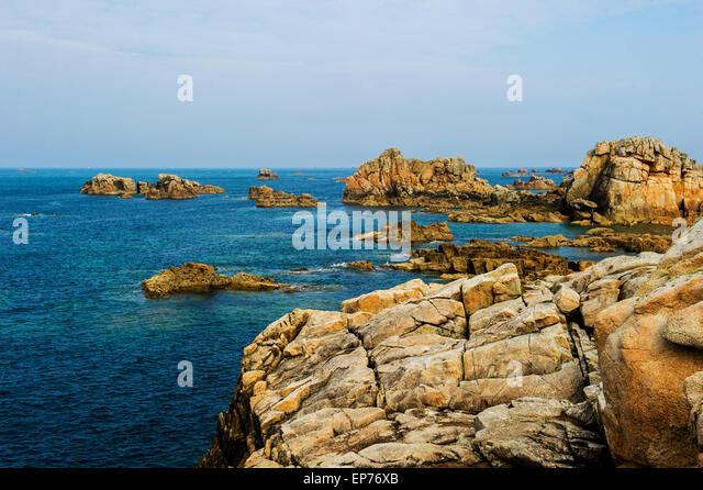 Rauhe Felsenküste in der Bretagne Stockbild