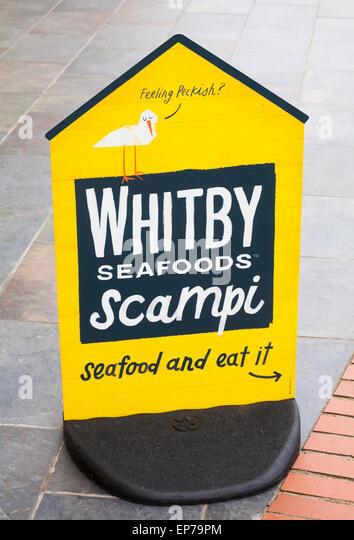 Gefühl von Hunger Whitby Meeresfrüchte Scampi Meeresfrüchte und Essen es Zeichen in der Parrog am Stockbild