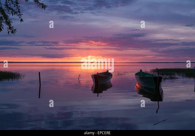 zwei Boote am Pier erwarten, dass die Besitzer von einem Rückgang bis die Morgendämmerung Stockbild