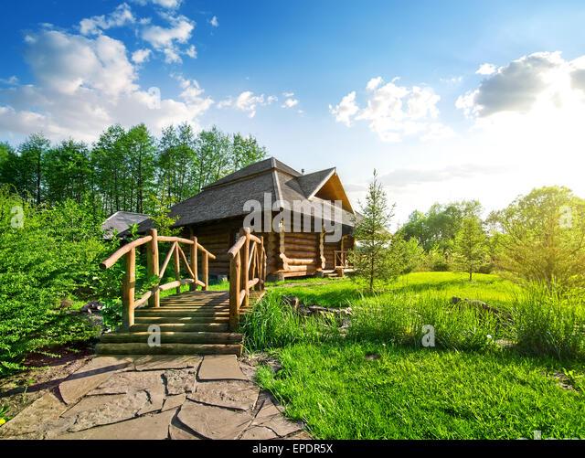 Holzbrücke und Haus der Log im Wald Stockbild