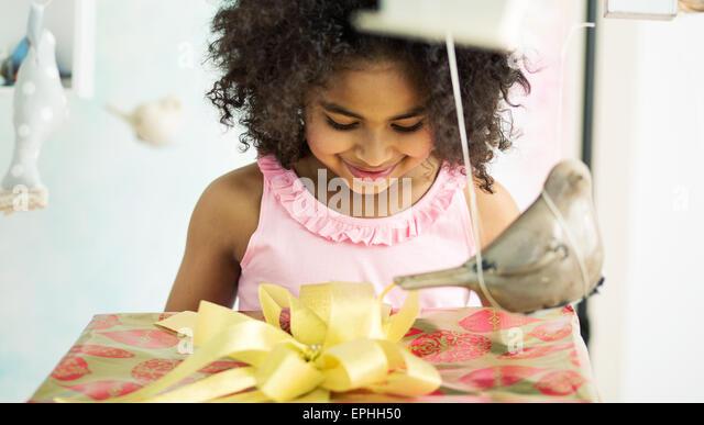 Entzückende junge Mädchen öffnen das Geburtstagsgeschenk Stockbild