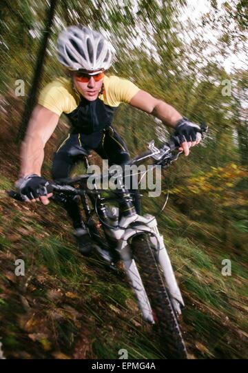 Spanien, Galicien, Naron, Mountainbiker bergab Stockbild