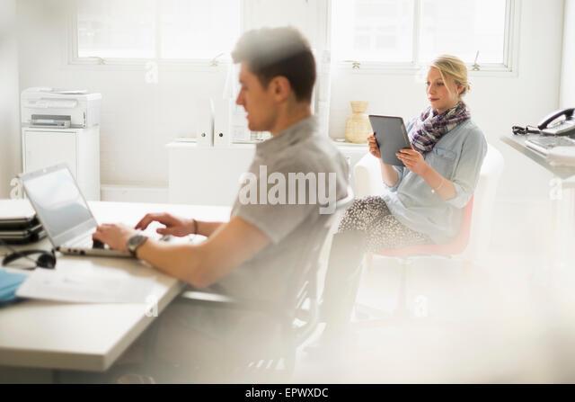 Mann und Frau, die im Büro arbeiten Stockbild