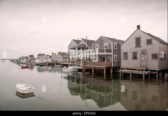 USA, Massachusetts, Nantucket, Old North Wharf, Boote und Stelzenläufer Häuser Stockbild