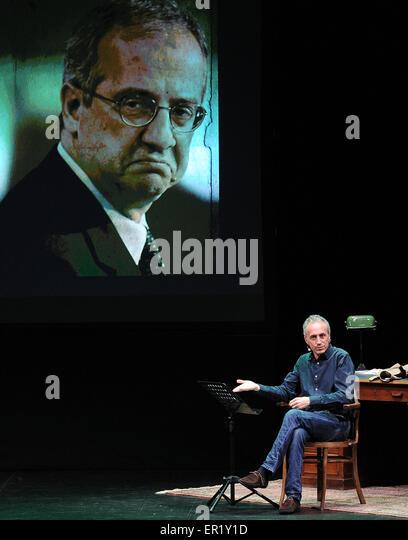Der italienische Journalist und Schriftsteller Marco Travaglio auf der Bühne von seiner neuen Show der politischen Stockbild