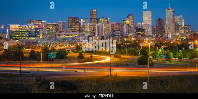 Denver-Skyline bei Nacht. Denver ist die größte Stadt und Hauptstadt des Bundesstaates Colorado. Stockbild
