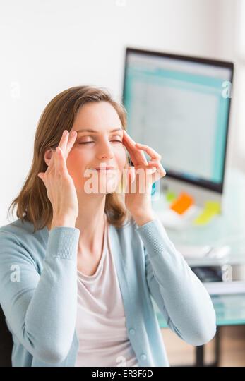 Gesichtsübung bei der Arbeit. Stockbild