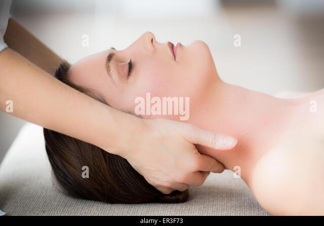 Frauenkopf, durch ein Osteopath manipuliert zu werden. Stockbild