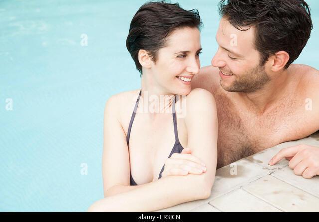 Paar erholsame zusammen im pool Stockbild