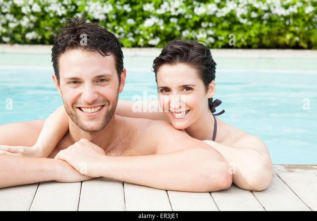 Paar gemeinsam entspannen im Pool, Porträt Stockbild