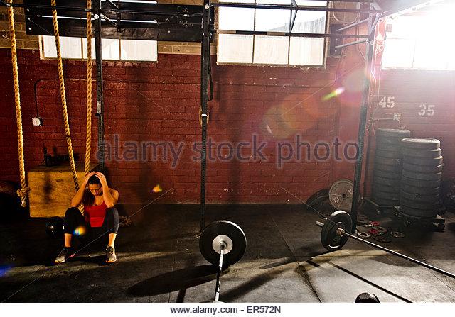 Ein Crossfit Athlet ruht nach dem Training. Stockbild