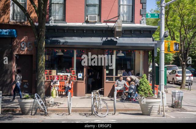 Vor einem Café in der familienfreundlichen, trendige Park Slope Nachbarschaft in Brooklyn in New York am Samstag, - Stock-Bilder