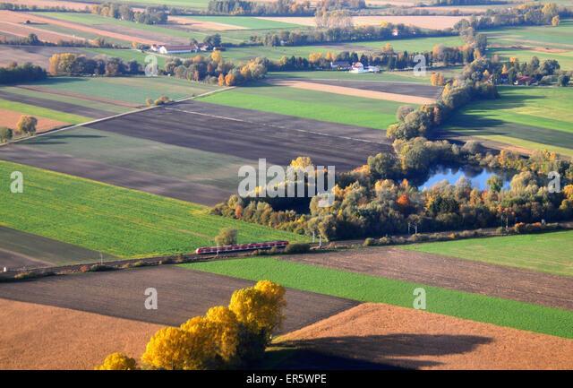 Blick aus einem Flugzeug, S-Bahn in der Nähe des Flughafens, München, Bayern, Deutschland Stockbild