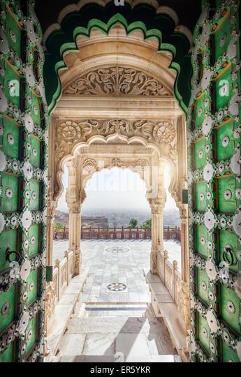 Jaswant Thada Denkmal mit geöffneten grünen Tür mit Blick auf Jodhpur Stadt in Rajasthan, Indien Stockbild