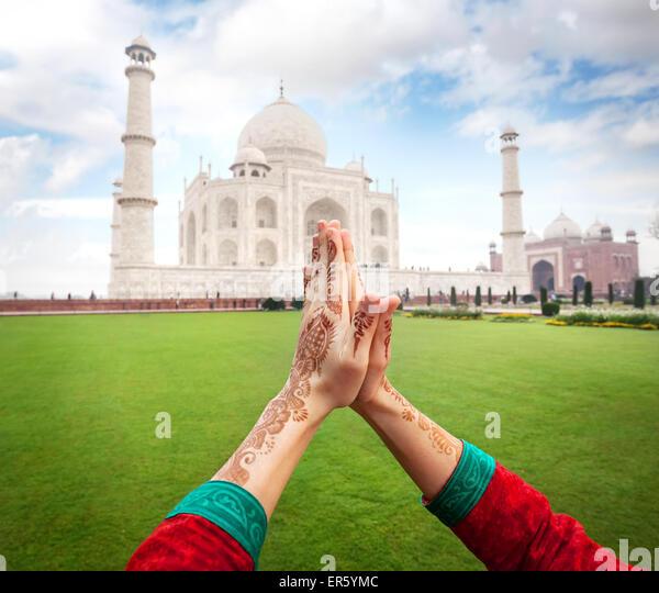 Frau Hände mit Henna Malerei in Namaste-Geste in der Nähe von Taj Mahal in Agra, Uttar Pradesh, Indien Stockbild