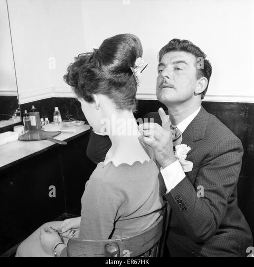 Mode: Frisuren von Raymond. April 1956 B475-001 Stockbild