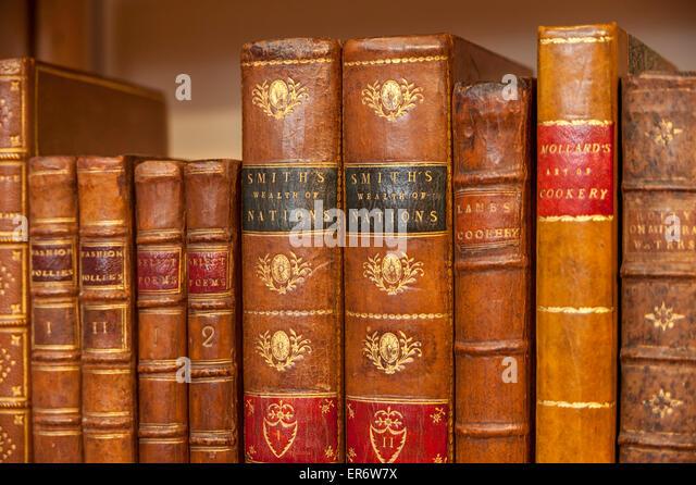 """London, UK. 28. Mai 2015. Adam Smiths """"Wealth of Nations"""" ist einer der vielen antiquarische Bücher Stockbild"""