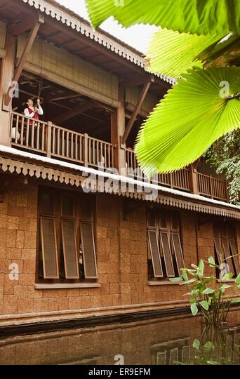 Ein Hotel-Mitarbeiter zieht die Vorhänge der Lounge im zweiten Stock zu vermieten in das Morgenlicht im La Stockbild