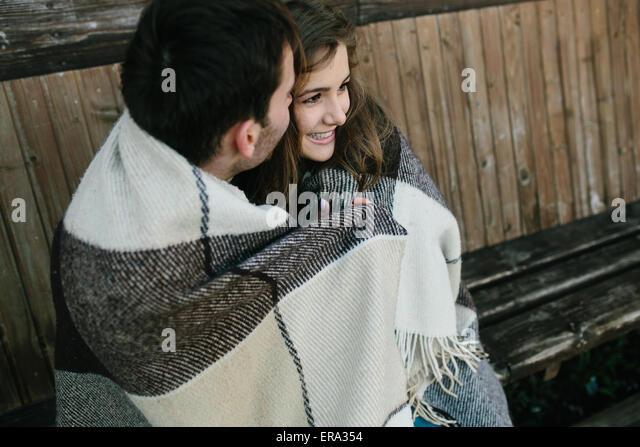 Junges Paar in Plaid gewickelt Stockbild