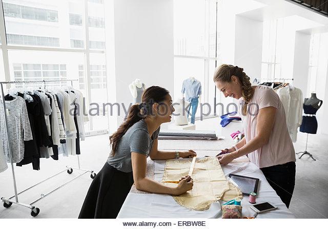 Mode-Designer arbeiten mit Schnittmuster Stockbild