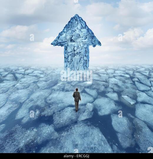 Erfolgskonzept Reise als Geschäftsmann zu Fuß auf gebrochene Eis mit einem Eisberg, geformt wie ein Pfeil Stockbild