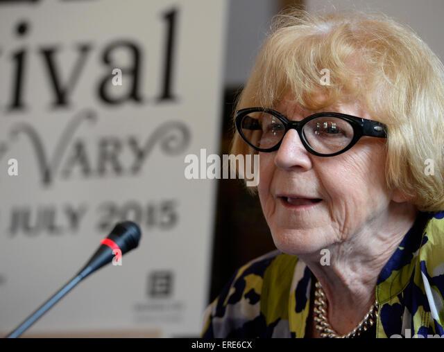 Prag, Tschechische Republik. 2. Juni 2015. Tschechische Filmkritiker Eva Zaoralova besucht eine Pressekonferenz Stockbild