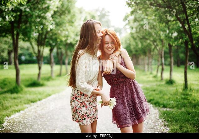 Zwei glückliche Mädchen Spaß im Sommer Park. Beste Freunde lachen und umarmen. Stockbild