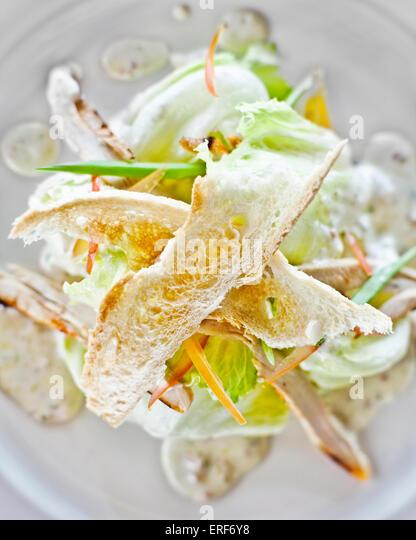 Klassischer Caesar-Salat mit Knoblauch-Parmesan-Sahne-Sauce begleitet von Huhn Angebote und gerösteten französischen Stockbild