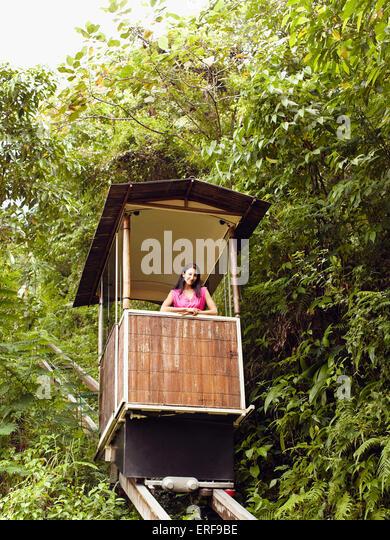 Junge Frau fährt die Standseilbahn (oder Tram) in Ubud Hanging Gardens, Bali, Indonesien. Stockbild