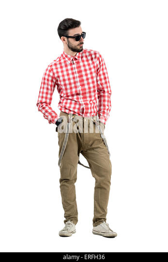 Entspannte casual Hipster mit Händen in der Tasche wegsehen. Ganzkörper-Länge-Porträt isoliert Stockbild