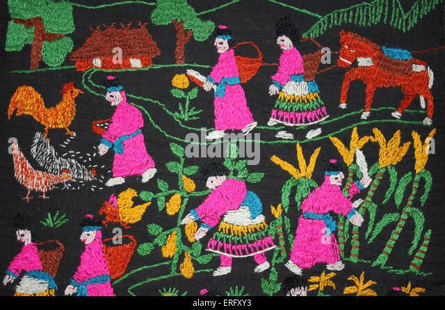 Traditionelle Stickerei von der Hmong Bergvolk in Nordthailand Darstellung ihrer täglichen Leben der Landwirtschaft Stockbild