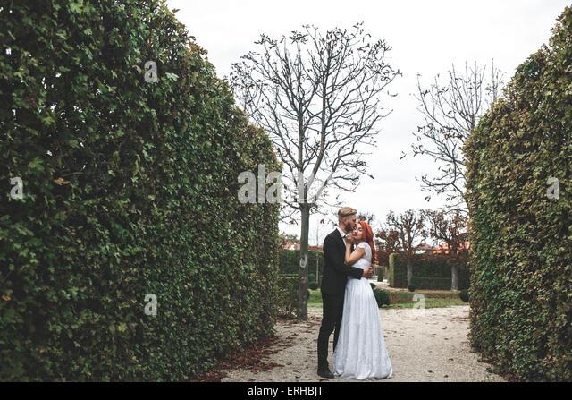 Hochzeitspaar auf einem Spaziergang Stockbild