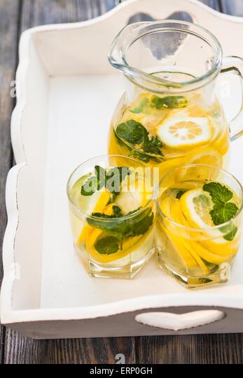 Limonade in der Kanne Stockbild