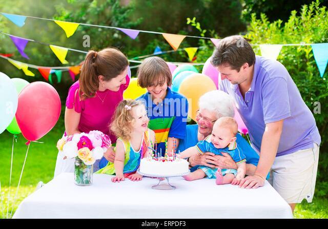 Glückliche Familie auf einer Geburtstagsfeier Stockbild