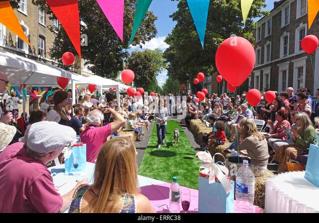 Islington, London, 7. Juni 2015. Ein herrlich sonniger Tag auf der großen Mittagessen Street Party in Englefield Stockbild